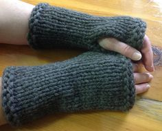 Ravelry: Outlander Fingerless Mittens pattern by Joan Janes. Super bulky. Quick and free pattern.