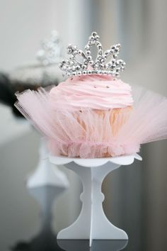 Love these gorgeous little ballerina cupcakes complete with tutu