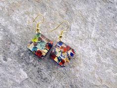 Orecchini con pendente a rombo, in vetro di Murano originale.  Prevalenza colore rosso e blu, su foglia d'oro.   Materiale anallergico (NICKEL FREE)