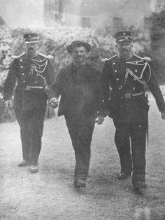 Italian anarchist Luigi Lucheni being arrested after murdering Austrian Empress Elisabeth, Geneva 1898 Austria, Black White Photos, Black And White, Male Profile, Great Photos, Interesting Photos, Luigi, Best Funny Pictures, The Past