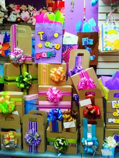 Regalos coloridos Birthday Box, Birthday Parties, Ribbon In The Sky, Balloon Crafts, Gift Wraping, Diy Gift Box, Craft Room Storage, Gift Store, Gift Packaging