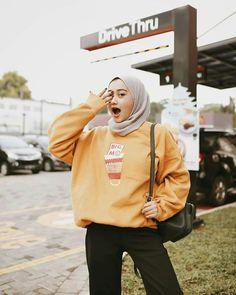 Ideas fashion casual hijabi colour for 2019 Modern Hijab Fashion, Street Hijab Fashion, Muslim Fashion, Ootd Fashion, Modest Fashion, Trendy Fashion, Korean Fashion, Fashion Outfits, Style Fashion
