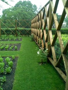 DEER PROTECTION - SUPER NICE Protect your garden from deer in a stylish way! Southampton-based landscape designer Lisa Bynon created this inspired deer fence to protect her vegetable and flower garden. A must see article! Lots of pics. Diy Garden Fence, Garden Gates, Side Garden, Garden Stairs, Garden In The Woods, Garden Bed, Easy Garden, Deer Fence, Rabbit Fence