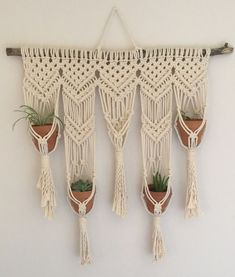Imagine what it would look like if I had a plant that size! Imagine what it would look like if I had a plant that size! Macrame Wall Hanging Patterns, Macrame Art, Macrame Projects, Macrame Knots, Macrame Patterns, Crafts To Do, Yarn Crafts, Macrame Plant Holder, Crafty Craft