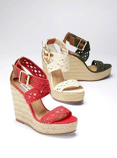 sandalias de plataforma con tiras tejidas y un broche a los costados
