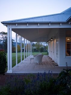 Take me back to the Southern Highlands, this lovely wide veranda reminds me of the beautiful highland architecture ✔ This wonderful house is designed by Michael Bell Architects Style At Home, Architects Sydney, Facade House, House Goals, My New Room, Home Fashion, Modern Farmhouse, Farmhouse Front, Farmhouse Ideas