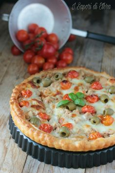 Tarte aux tomates cerises, thon, olives vertes et mozzarella - Torta salata al tonno pomodorini e olive Quiches, Raw Food Recipes, Fish Recipes, Cooking Recipes, Italian Dinner Recipes, Italian Meals, Italy Food, Frittata, Love Food
