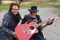 Ystävä ja entinen naapuri Pertti ja minä kotiseudulla Kiikoisissa käymässä...Pertti on edelleen Elvis-fani eikä pyörätuolikaan sitä estä...