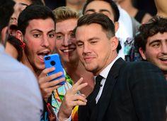 Pin for Later: Channing Tatum und Jonah Hill feiern auf dem roten Teppich eine Party  Channing machte mit aufgeregten Fans Selfies.