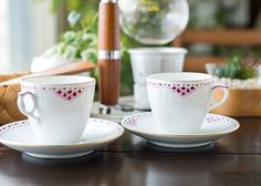 バーガンディ色は「ロイヤルパープル」とも呼ばれており、 市場でも非常に流通が少なく貴重な作品として知られております。 ロイヤルコペンハーゲン/ROYAL COPENHAGEN プリンセス/Princess バーガンディ/Burgundy コーヒーカップ&ソーサー 069