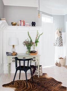 A very lovely compact family apartment in warm gray mixed with gold and feminine pastels. I especially love the home office and the painted . Workspace Inspiration, Room Inspiration, Interior Inspiration, Design Inspiration, Office Decor, Home Office, Corner Office, Workspace Desk, Modern Contemporary Homes