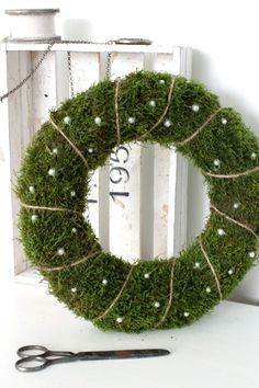 100 Creative Christmas Decor for Small Apartment Ideas Which Are Merry & Bright - Hike n Dip Even if you have a small Apartment, you can decorate it for Christmas. Here are Christmas Decor for Small Apartment ideas, that are cheap & budget friendly Pallet Wood Christmas Tree, Christmas Greenery, Diy Christmas Tree, Christmas Tree Decorations, Christmas Time, Moss Wreath, Alternative Christmas Tree, Xmas Wreaths, Deco Floral