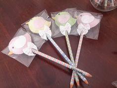 Passarinhos confeccionados em feltro para serem utilizados como ponteiras de lápis. <br> <br>Os lápis podem ser trocados por argolas de chaveiro. <br> <br>As cores podem sofrer variações caso o cliente necessite.