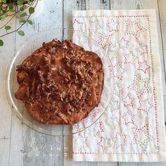 * やりかけ放置の刺し子を仕上げました。 季節感がないけれどカラフルな糸で星。 可愛いじゃないか👍 おやつも焼けたよ。 見た目は地味だけど、 りんごのみずみずしさとくるみのカリカリがめっちゃ合うのです😉 シナモンたっぷりです。 * #パンチ君喜ぶ#パンチ君留守 #sweets#お菓子#手作り#愛cafe#おうちカフェ#foodpic#暮らし #onmytable#りんごとくるみのプレートケーキ#刺し子#ホビーラホビーレ