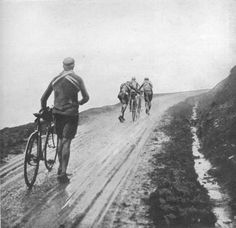 1913 9/7 rit 6 > Philippe Thys, Eugène Christophe, Marcel Buysse and Gustave Garrigou suffer the appalling roads of the time, here pictured in a Pyreneen stage. Thys wins the stage