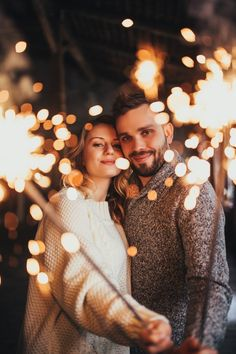 How to work out a personalized holiday menu - HomeCNB Couple Photoshoot Poses, Couple Photography Poses, Pre Wedding Photoshoot, Couple Posing, Couple Shoot, Wedding Photography, Creative Couples Photography, Gold Christmas Decorations, Christmas Desserts