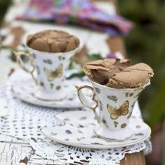 Soufflé done in pretty tea cups Finger Desserts, Just Desserts, Delicious Desserts, Yummy Food, Dessert Recipes, Party Food Presentation Ideas, Chocolate Souffle, Chocolate Cake, Moist Brownies