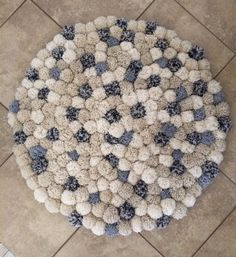 3 pies 2.5 pulgadas redondas alfombra de pompones. Hecho con tres diferentes tipos de hilado. De blanco y crema son colores primarios. Hilado del color multi tiene un toque de color de rosa. Ideal para dormitorio, sala de niños o sala de juegos.