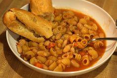 Italia: Pasta e fagioli (Calorie 150)  Italia: Pasta e fagioli: contiene in un unico piatto il fabbisogno calorico giornaliero che tutti dovremmo assumere: il 15% di proteine, il 55% di carboidrati e circa il 25% di grassi. Inoltre, si assumono proteine vegetali anziché animali che rendono il piatto meno grasso.   K-Calorie*: 150  Grassi: 14%