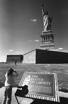 liberty b w 920 25 High res vintage photos of the Statue of Liberty HQ Photos) Statue Of Liberty France, New Amsterdam, I Love Nyc, My Kind Of Town, City That Never Sleeps, Dream City, Inspirational Videos, New York City, The Good Place