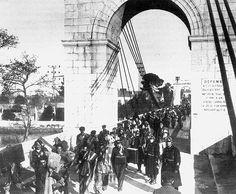 Spain - 1939. - GC - Exiliados y emigrados - Félix Santos   Biblioteca Virtual Miguel de Cervantes Refugiados españoles atraviesan el puente colgante de Boulou, en la frontera franco-española, el 8 de febrero de 1939.