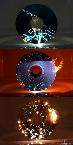 Kuva: Cd-levy mikrossa - Ja eikun kokeilemaan!, Hakusanat: cd mikrossa hajoaa riks raks ja poks