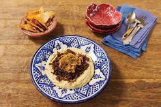 Quem disse que homus é só aperitivo? Nesta tradicional receita libanesa, servido com carne e cebolas douradas, ele é promovido a prato principal. Vale a pena experimentar.