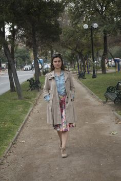 Trench, camisa vaquera, falda de flores de capa and botines. Trench, jeans shitr, flowers skirt and boots