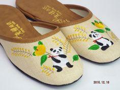 香港で有名なスリッパ屋さん「先達商店」のスリッパです。パンダの刺繍がかわいい。