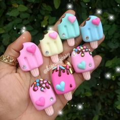 For this I used modelling paste / gum paste but you could also use polymer clay / Polymer Clay Kawaii, Fimo Clay, Polymer Clay Charms, Polymer Clay Projects, Polymer Clay Art, Clay Crafts, Polymer Clay Jewelry, Polymer Clay Cupcake, Magic Crafts