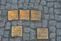 pietre d'inciampo: pietre in ottone con i nomi di chi non è più tornato poste davanti alle case dei deportati