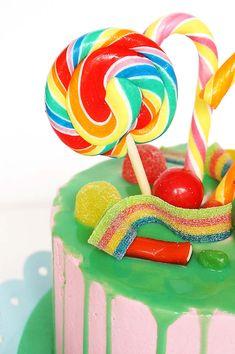 Bij ons in huis wordt alles gevierd met taart (duh) dus toen ik hoorde dat ik een nieuwe baan had besloot ik meteen om een taart te maken die al een hele tijd op mijn lijstje stond, namelijk een candy cake! Een taart die er vooral heel erg mooi uitziet maar ook zeker lekker smaakt …