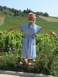 village de Moiré, Rhône, France. avec la traditionnelle blouse.
