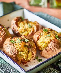 Zöld fűszeres sajttal töltött krumpli recept | Street Kitchen Green Kitchen, Bruschetta, Bagel, Baked Potato, Potatoes, Vegan, Baking, Ethnic Recipes, Food