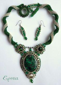 Emerald+Beauty+Luxusní+souprava+náhrdelníku+a+náušnic+v+kombinaci+zelené+a+kovově+stříbrné+(není+to+čistě+stříbrná+barva).+Centrální+minerál+náhrdelníku+je+malachit+s+pyritem,+který+je+obšitý+jabloneckým+rokajlem+(podšito+alcantarou),+a+je+dozdobený+Swarovski+rivolkou+a+mačkanými+korálky.+Po+stranách+jsou+obšité+Swarovski+rivolky+s+ohňovkami,+TOHO+rokajlem+a... Bead Embroidery Jewelry, Beaded Embroidery, Beaded Necklaces, Beaded Jewelry, Bead Weaving, Beadwork, Spiral, Dutch, Turquoise Necklace