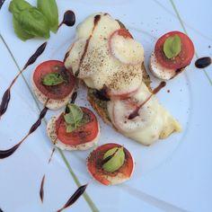 Mein Freund war heute im Kochmodus  und hat Hähnchen  mit Tomate Mozzarella  zum Abendessen gezaubert. Den hübsch angerichteten Teller hat er mir dann ganz stolz gezeigt weil er dachte ich würde gerne ein Foto für Instagram machen  da kennt mich wohl wer  #mymancancookbetterthanyours #saturday #lowcarb #hähnchen #tomate #mozzarella #balsamico #keto #dinner #abendessen #foodporn #italian #abnehmen #weightloss #workout by aliceincooperland