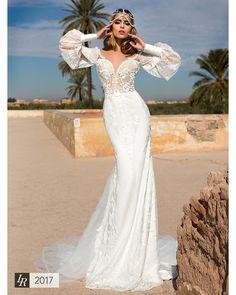 Feel the shine of southern sun in astonishing dress with geometric floral design made of fine lace, manufactured in northern Italy  ▫️  #lorenzorossi #weddingcountdown #wedding2017 #weddingflow #bridalgown #bridallook #bridalshop #bridalideas #bridalweek