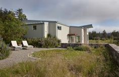 Australian-born designer Bernard Trainor is now based out of Pacific Grove in Northern California. A recent project is this residential garden in Marin County.