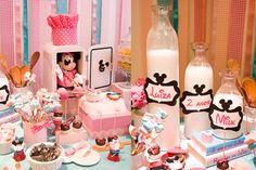 A Silvia, mãe da Luiza, nos procurou com uma data e um convite já feito para a festa de 2 anos da Luiza. O convite era inspirado no jogo Minnie Dinner Party e a ideia era fazer a cozinha da Minnie.…