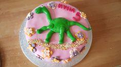 Kyra 5 jaar. Mama wilde een meisjestaart en kyra een dinotaart. Compromis is dit geworden!