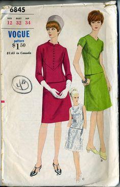 Vintage 60s Vogue 6845 mist twee stuk jurk met Details van de naad naaien patroon  Grootte 12 Bust 32  Twee-delige jurk. Semi-ingerichte overblouse met front V-naadloos verlijmen detail heeft juweel of v-hals. Met of zonder boog, knop of top-stitch trim. Versie A heeft Mandarijn type kraag. Iets A-line GENAAISTE rok als contour tailleband.  Gekenmerkt in Vogue patroon boek augustus/September 1966  Patroon is knippen/voltooien, omstreeks de jaren 1960.  De envelop is goed schoon, met rand…