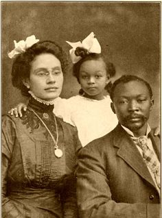 Portrait of a black family, names unknown, 1916 American Women, American Photo, Afro Punk, Vintage Black Glamour, Black History Facts, Black Families, African American History, Vintage Photographs, Alter