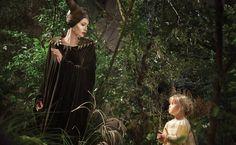 """Clássico entre os contos infantis, a versão de """"A Bela Adormecida"""" da Disney —semelhante à criada pelos Irmãos Grimm no século 19— conta a história de uma fada má que fica ensandecida por não ter sido convidada para o batizado de uma princesa. Como vingança, aparece como penetra na festa e lança um feitiço na criança."""