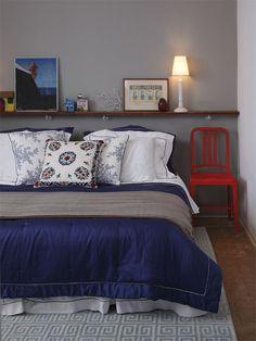Se vocês não quiserem nichos no quarto, uma boa ideia são as prateleiras sobre a cama. Elas servem para expormos nossos objetos fofos e fazem bonito no décor!! Diferente dos nichos, aqui devemos expor pequenos objetos. Gosto para colocar meus achados de viagens.