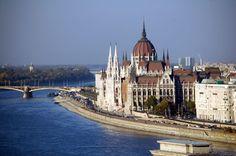 Budapest, la capitale de la Hongrie a une vue époustouflante! Regardant en bas de l'ancien château de la ville de Buda, nous comprenons pourquoi Budapest est parfois appelée Paris de l'Orient ... Mais, contrairement à Paris, c'est une ville très abordable. Il vous invite à déguster l'excellente cuisine hongroise: une bonne soupe de Gulyás copieux suivi d'une strudel aux noix, par exemple. Budapest attractions principales: Place des Héros, la colline Gellert, la Basilique St Etienne, la…