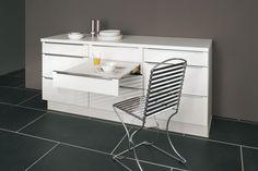 Ce meuble bas doté de nombreux espaces de rangements cache une table coulissante intégrée !