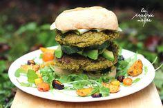 Doppelter Hulk-Burger auf Salat und Ofengemüsebett