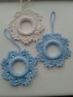 Quick + easy video tutorial on crochet wreath Crochet Christmas Wreath, Crochet Wreath, Crochet Christmas Decorations, Crochet Ornaments, Handmade Ornaments, Diy Christmas Ornaments, Crochet Crafts, Crochet Flowers, Crochet Projects