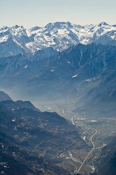 Valtournenche (Valle d'Aosta) - Meravigliosa visione d'insieme dalla vetta dello Zerbion! Dal fondovalle verso Verres, brulicante di vita, lavoro e case, costruzioni...e poi su, dalla bruma ai boschi, alle prime vallecole, alle creste, alle vette sfavillanti nella neve...
