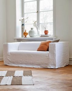 A worn, rustic style with a sophisticated, slightly looser fit and clearly visible seams. Cut entirely by hand and sewn with great precision. Diy Sofa Cover, Couch Covers, Linen Couch, Diy Couch, Canapé Diy, Ikea Bank, Modern Farmhouse Living Room Decor, Sofa Bed Design, Living Room